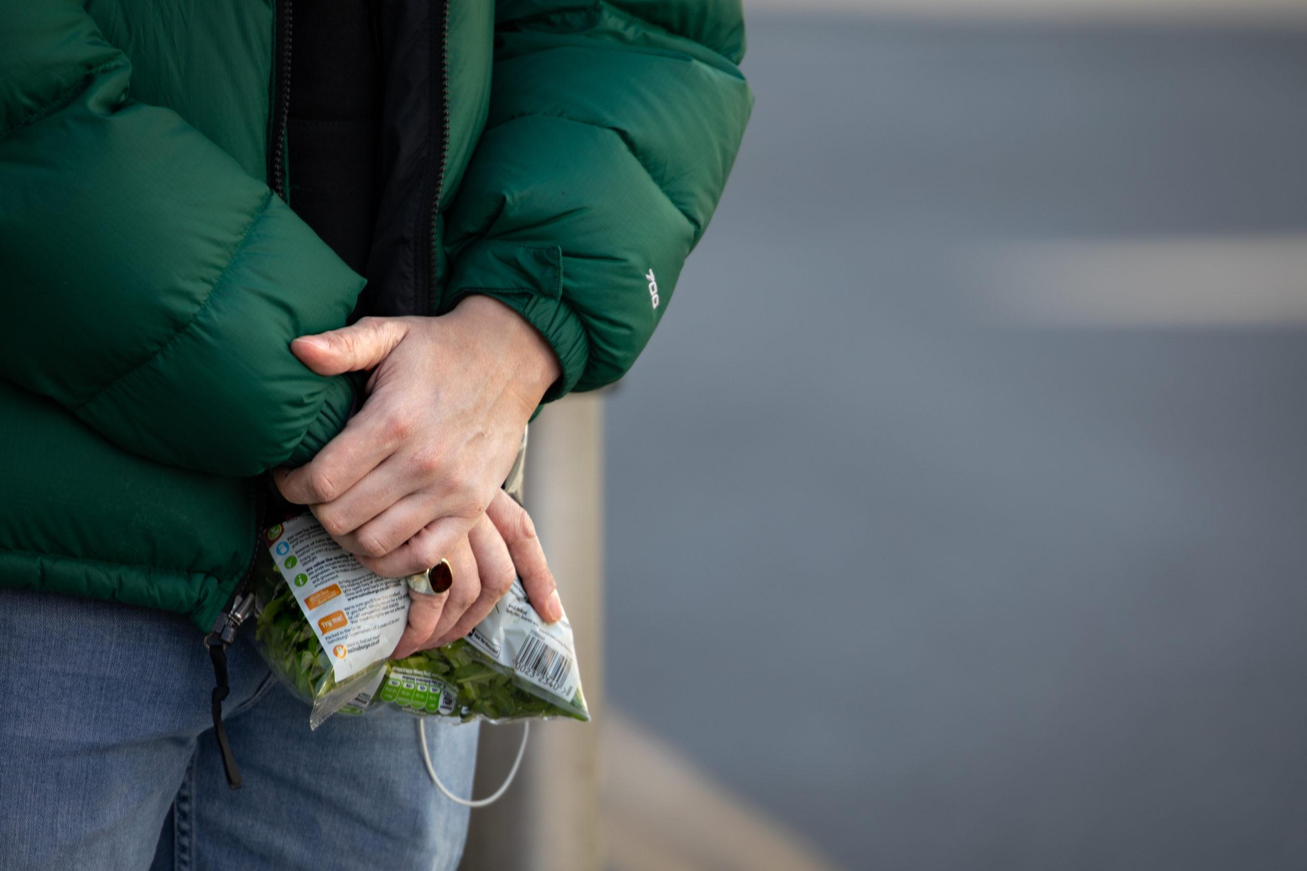 Con la escasez de verduras por varias semanas, consumidores valoran lo que encuentren