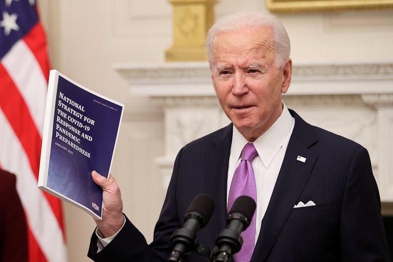 Biden impone pruebas COVID y cuarentena a viajeros extranjeros